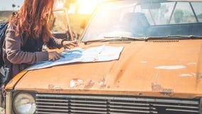 Управляйте старым автомобильным путешествием Женские мамы горы природы перемещения путешественников Стоковое Изображение RF