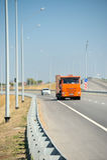 Управлять автомобилей на новой дороге стоковые изображения rf