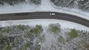 Управлять автомобилей на дороге на зимнем дне акции видеоматериалы
