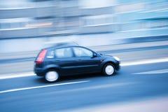 Управлять автомобилем в нерезкости движения стоковые фотографии rf