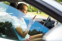управлять автомобиля ее детеныши женщины стоковое изображение