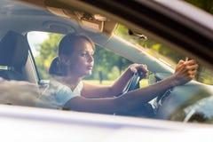 управлять автомобиля ее детеныши женщины стоковые изображения rf