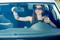 управлять автомобиля ее женщина Стоковая Фотография