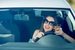 управлять автомобиля ее женщина Стоковая Фотография RF