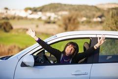 управлять автомобиля ее новая женщина стоковое фото rf