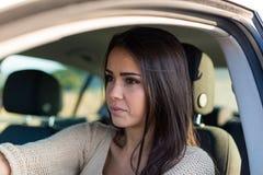 управлять автомобиля ее новые милые детеныши женщины Стоковое Фото