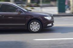 Управлять автомобиля темного цвета. Стоковые Изображения RF