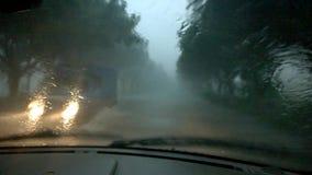 Управлять в тяжелый идти дождь в вечере видеоматериал