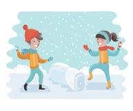 управлять зимой розвальней потехи Жизнерадостные дети бросая снежные комья или играя в снеге Стоковое фото RF