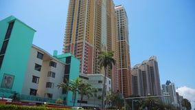 Управлять зданиями в Collins Ave в солнечном Остров-Майами сток-видео