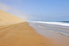 Управлять между океаном и пустыней Стоковая Фотография