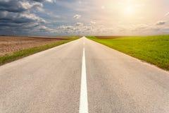 Управлять на пустой дороге асфальта через необъятность Стоковая Фотография RF