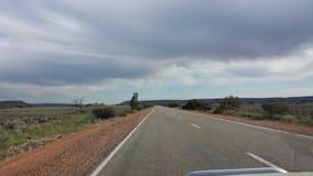 Управлять Nullabor на шоссе в австралийском захолустье Стоковое Изображение RF