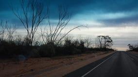 Управлять Nullabor на шоссе в австралийском захолустье Стоковая Фотография