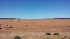Управлять Nullabor на шоссе в австралийском захолустье Стоковые Фотографии RF
