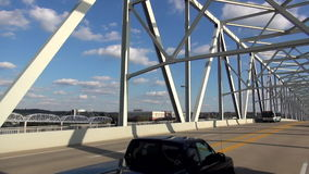 Управляющ на современном стальном мосте к Ньюпорту Кентукки - НЬЮПОРТУ, Кентукки Соединенные Штаты сток-видео