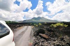 Управляющ через дорогу гребня кальдеры вулкана Batur в Бали, Индонезия Стоковое Фото