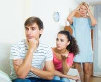 Упреки взрослого человека слушая от подруги и ее матери Стоковая Фотография