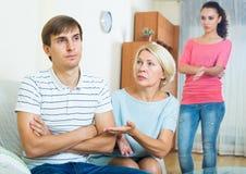 Упреки взрослого человека слушая от подруги и ее матери Стоковая Фотография RF