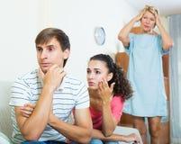 Упреки взрослого человека слушая от подруги и ее матери Стоковое Изображение