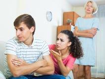 Упреки взрослого человека слушая от подруги и ее матери Стоковое Фото