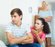 Упреки взрослого человека слушая от подруги и ее матери Стоковые Фото