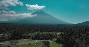 Упущение воздушного трутня гипер вулкана и красивого ландшафта полей в Бали видеоматериал
