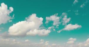 Упущение воздушного трутня гипер облаков летая через небо сток-видео