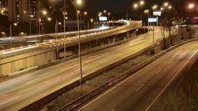 Упущение времени пути автомобилей движения шоссе на множественной скоростной дороге майны акции видеоматериалы