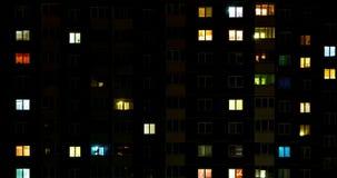 Упущение nighttime света в окнах многоэтажного здания жизнь в большом городе видеоматериал