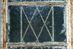 Упущенная заржаветая оконная рама с треснутым стеклом Стоковые Фото