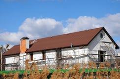 Урбанские дом или здание, картина фасада Сточная канава дождя Гонт крыши - толь Крыша плитки битума Незаконченная система печной  Стоковое Изображение RF