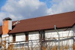 Урбанские дом или здание, картина фасада Сточная канава дождя Гонт крыши - толь Крыша плитки битума Незаконченная система печной  Стоковая Фотография RF