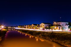 Урбанский ландшафт ночи с небом и рекой Стоковое фото RF