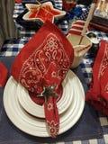 Урегулирование места для cookout ковбоя с placemats denium и салфетками bandana и американским флагом Стоковая Фотография RF