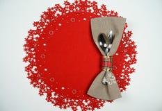 Урегулирование места таблицы праздника рождества и Нового Года Взгляд сверху, красная шерстяная предпосылка Концепция зимних отды стоковые изображения rf