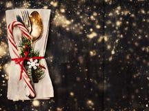 Урегулирование места таблицы рождества с оформлением рождества на задней части черноты Стоковое Изображение