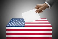 Урна для избирательных бюллетеней покрашенная в цвета национального флага - Соединенные Штаты Стоковое фото RF