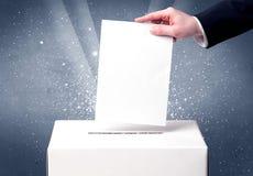 Урна для избирательных бюллетеней с решающим голосом персоны стоковые фотографии rf