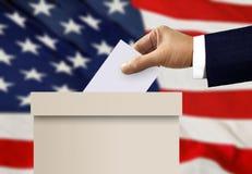 Урна для избирательных бюллетеней с решающим голосом руки персоны Стоковое Изображение RF