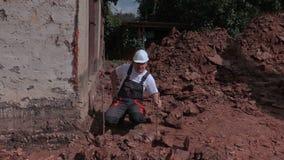 Уровень земли построителя говоря и фиксируя видеоматериал