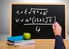 Уровнения математики сочинительства руки на классн классном Стоковое Изображение