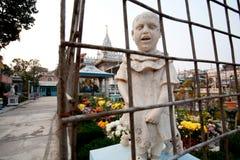 Уродская скульптура девушки в саде Стоковое Фото