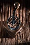 Урожаи механизма настройки радиопеленгатора естественные на винтажной деревянной доске стоковые изображения rf