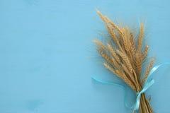 урожай пшеницы на деревянном столе Символы еврейского праздника - Shavuot стоковые изображения
