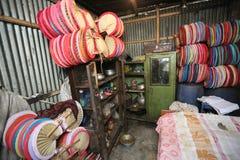 Уроженец Бангладеш сделал красочный ручной вентилятор Стоковое фото RF