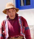 Уроженец Перу, старик одел в красочное вышитое cest с шляпой и шарфом вокруг головы Стоковое Изображение