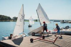 Уроки в школе парусного спорта Каунаса для детей на море Каунаса Стоковые Изображения RF