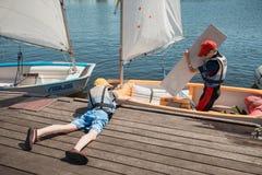 Уроки в школе парусного спорта Каунаса для детей Стоковая Фотография