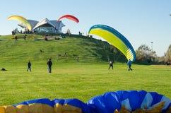 Уроки курса параглайдинга для новых beginners на парке Стоковые Фотографии RF